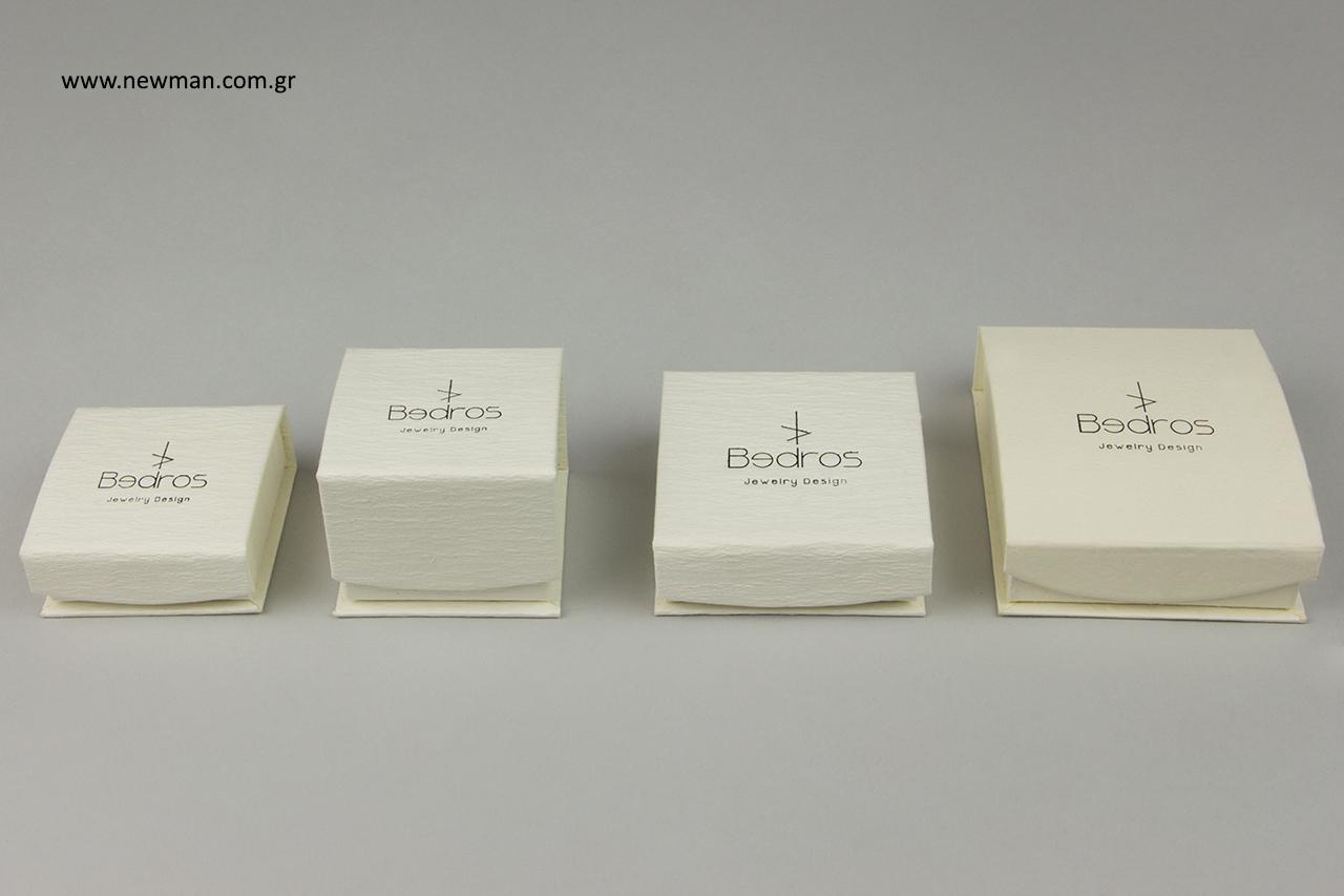 Μαύρη εκτύπωση λογότυπου σε κουτιά χονδρικής για κόσμημα.