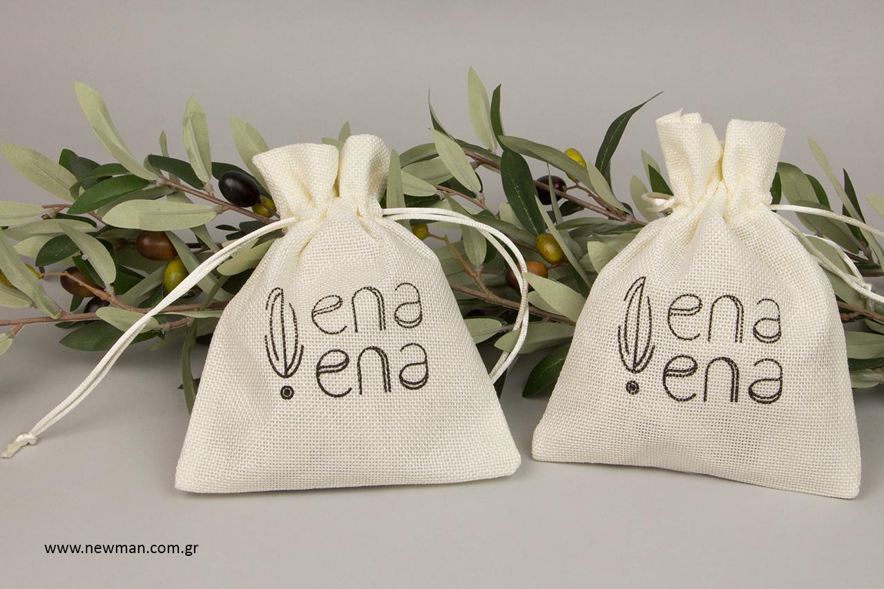Οι άνθρωποι της εταιρείας ena ena by Hellenic Fields είναι αγρότες και παραγωγοί του δικού τους έξτρα παρθένου ελαιόλαδου και άλλων άγριων αρωματικών βοτάνων.