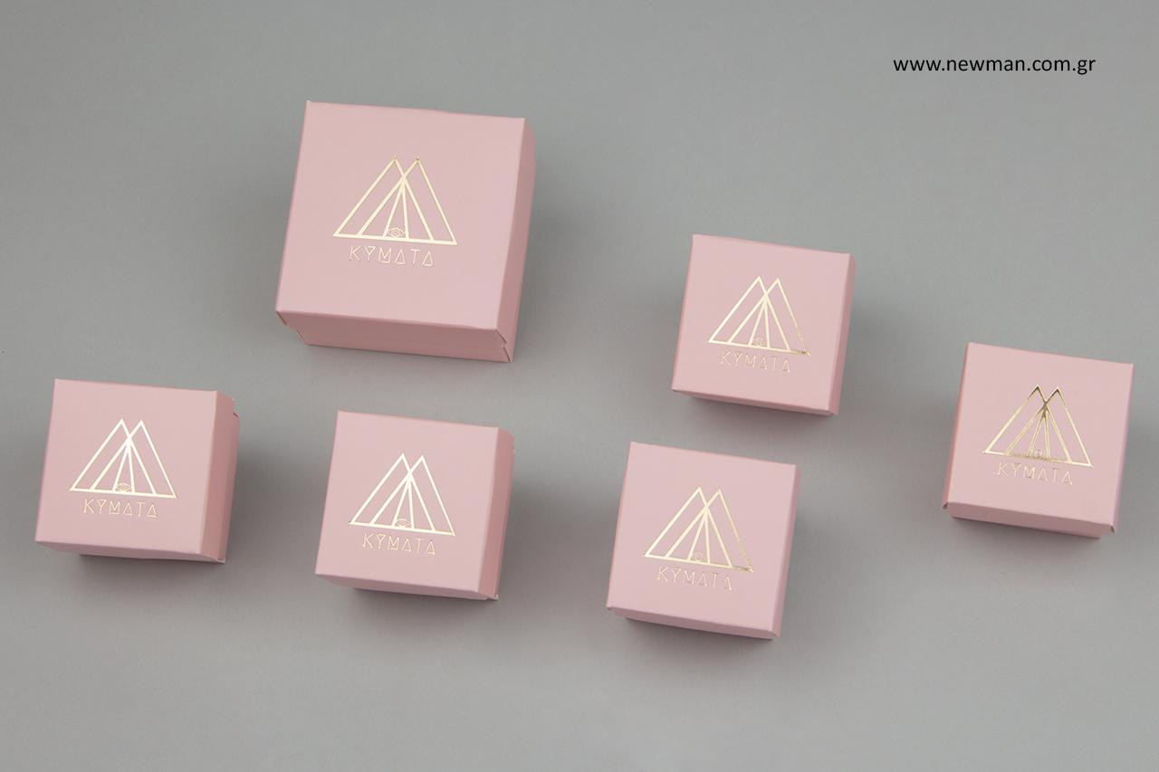 Χρυσή εκτύπωση λογότυπου σε κουτιά για κοσμήματα.