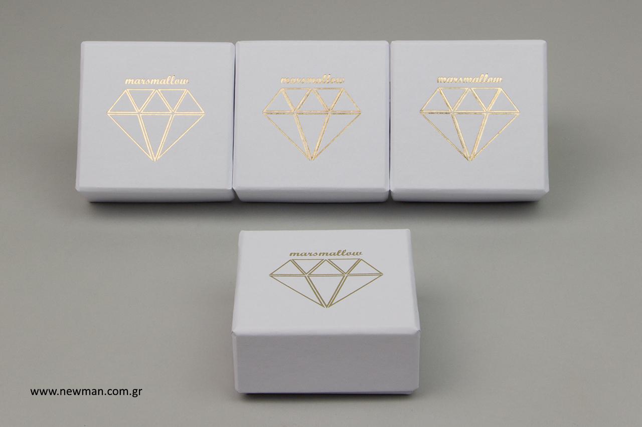 Άσπρα χάρτινα κουτιά με χρυσοτυπία.