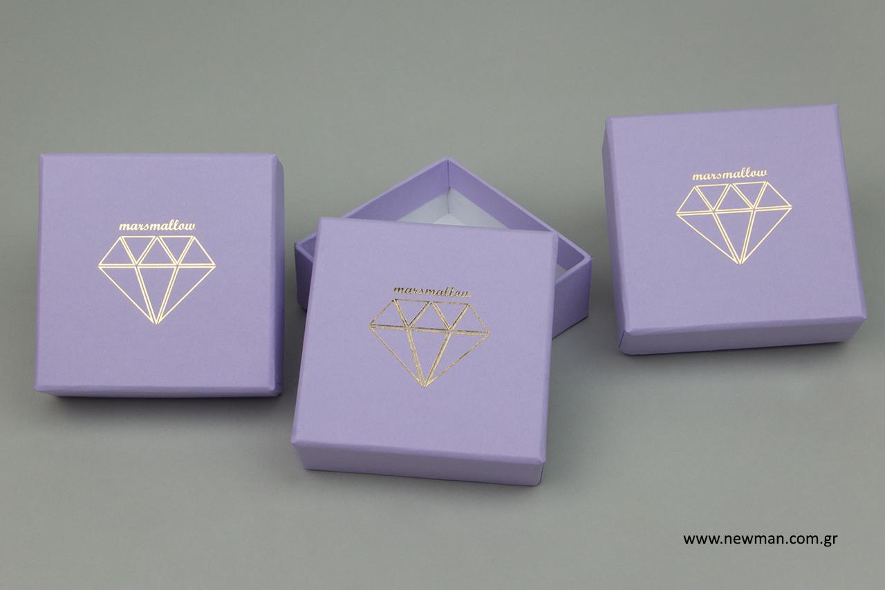 Κουτί από χαρτόνι στο χρώμα της λεβάντας για κόσμημα με χρυσή εκτύπωση.