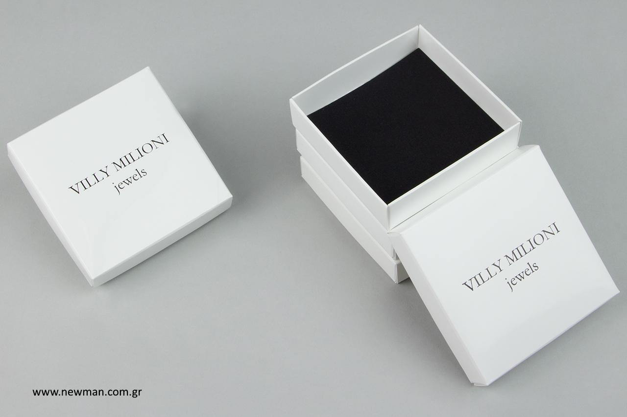 Μαύρη μεταλλοτυπία σε χάρτινα κουτιά συσκευασίας.