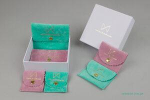 Among Emeralds: Φακελάκια για κοσμήματα και κουτιά ειδικής κατασκευής με εταιρικό σήμα.