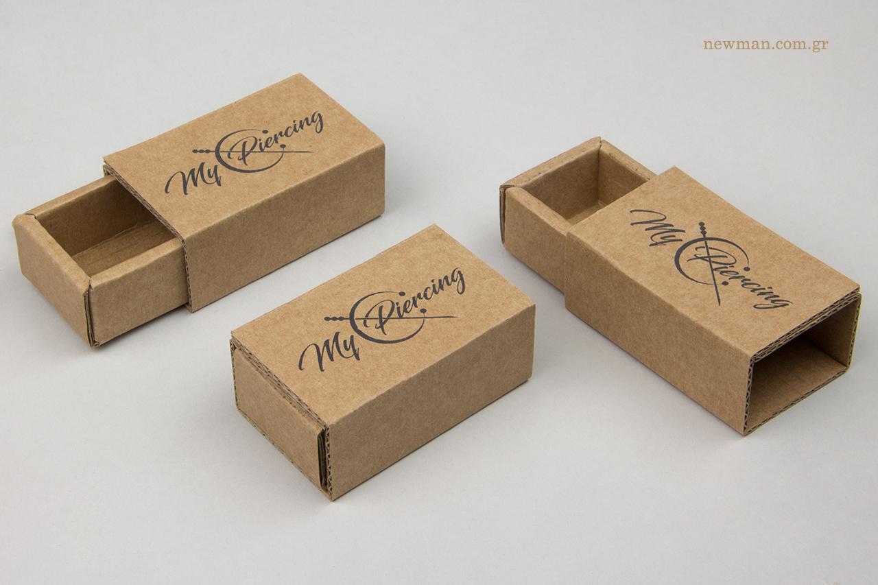 Κραφτ συρταρωτά κουτιά με μαύρη μεταξοτυπία.
