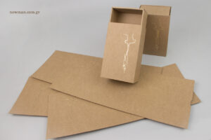 Χρυσή μεταλλοτυπία σε οικολογικά κουτιά κραφτ τύπου σπιρτόκουτο Newman.