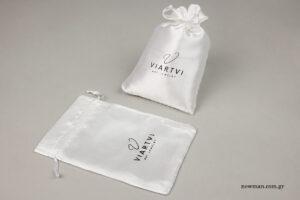 Viartvi: Επώνυμα σατέν πουγκιά χονδρικής με μεταλλοτυπία.